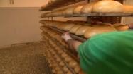 Świeżo upieczony chleb w piekarni