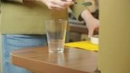 Wsypywanie spiruliny do szklanki