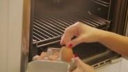 Wyciąganie skorupek z piekarnika