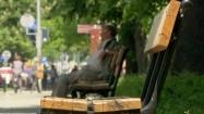 Mężczyzna siedzący na ławce