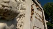 Złoty napis na postumencie Mozarta w Wiedniu