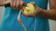 Obieranie jabłka ze skórki