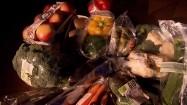 Warzywa i owoce zapakowane w plastik