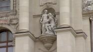 Rzeźba na fasadzie budynku muzeum w Wiedniu
