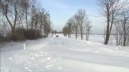 Samochód na zasypanej śniegiem drodze