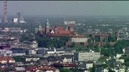 Zamek Królewski na Wawelu i Elektrociepłownia Kraków w tle