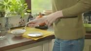 Nakładanie łyżeczką tabletek ze spiruliną na talerzyk