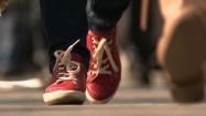 Idący ludzie - widok na buty