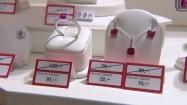 Biżuteria na wystawie sklepowej - obniżka cen