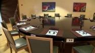 Stół w sali obrad Europejskiej Komisji Ekonomiczno-Społecznej
