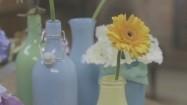 Kwiaty w kolorowych wazonach
