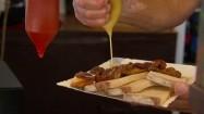 Dodawanie musztardy do dania z grilla