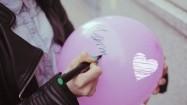 """Słowo """"Mama"""" pisane na balonie"""