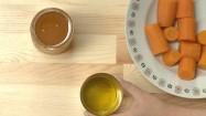 Marchewka, olej, miód i cytryna na blacie kuchennym